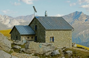 mountain-hut-3068912